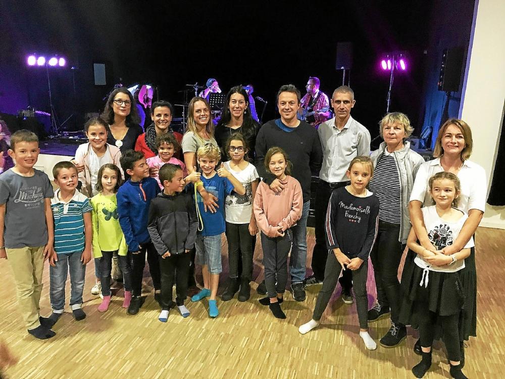 Les membres de l'association des parents d'élèves (APEL), la directrice, les parents et les enfants étaient heureux de partager ce moment convivial à l'espace Jean Le Gac.